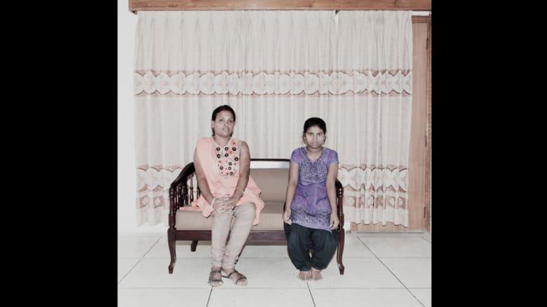وفي هذه الصور، لغة كل من جسم صاحبة المنزل والخادمة تختلفان بشكل ملحوظ.