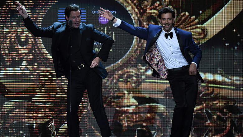 الممثل الأمريكي، جون ترافولتا، يؤدي أشهر حركاته الراقصة.