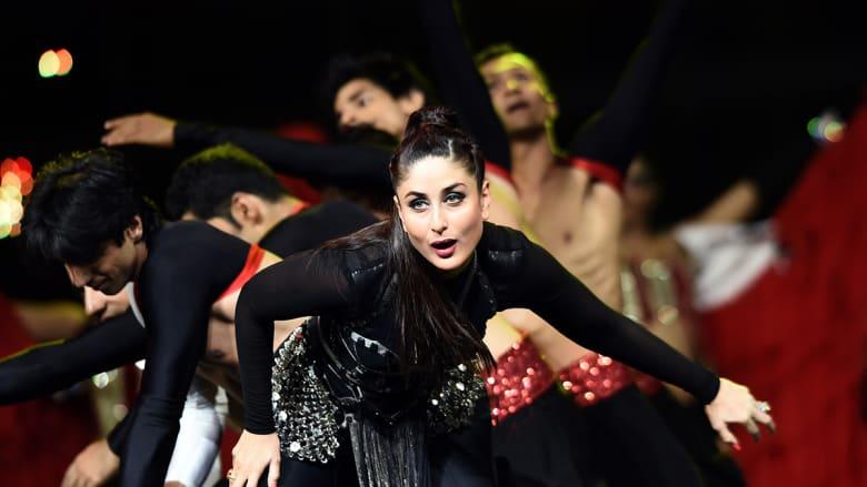 ممثلة بوليوود كارينا كابور على مسرح ميد فلوريدا كريدت يونيون أمفيثياتر.