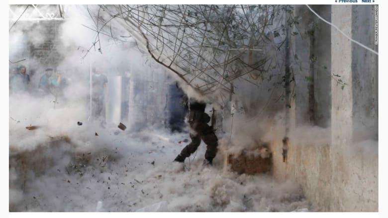 مقاتل سوري يطلق قذيفة صاورخية باتجاه القوات الموالية للرئيس السوري، بشار الأسد، في حلب.