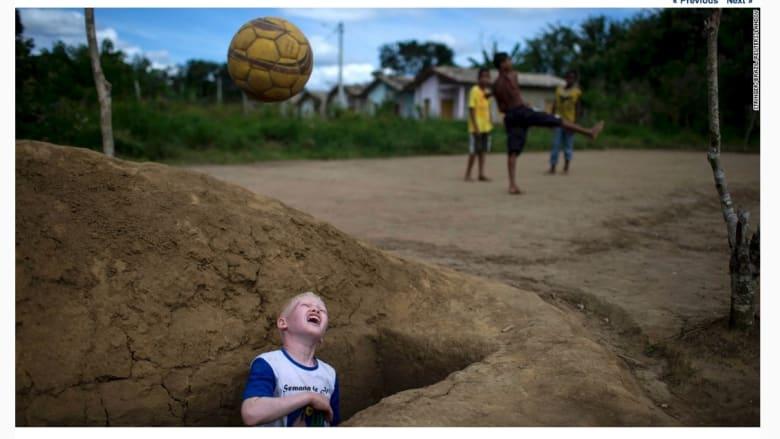 مباراة كرة القدم بين أطفال في مقبرة في أونا بالبرازيل.