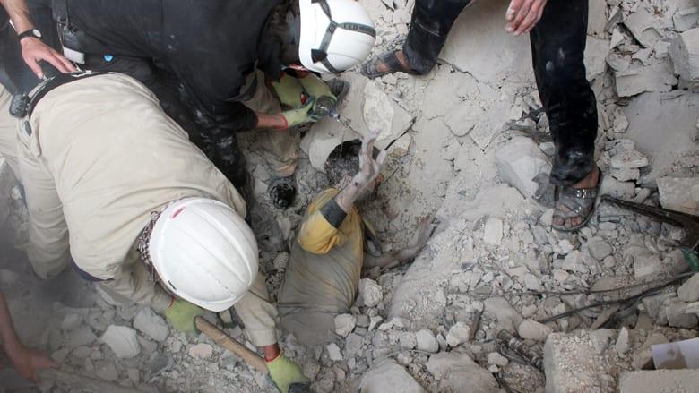 آثار ما يعتقد أنها براميل متفجرة ألقيت على مدينة حلب شمال سوريا