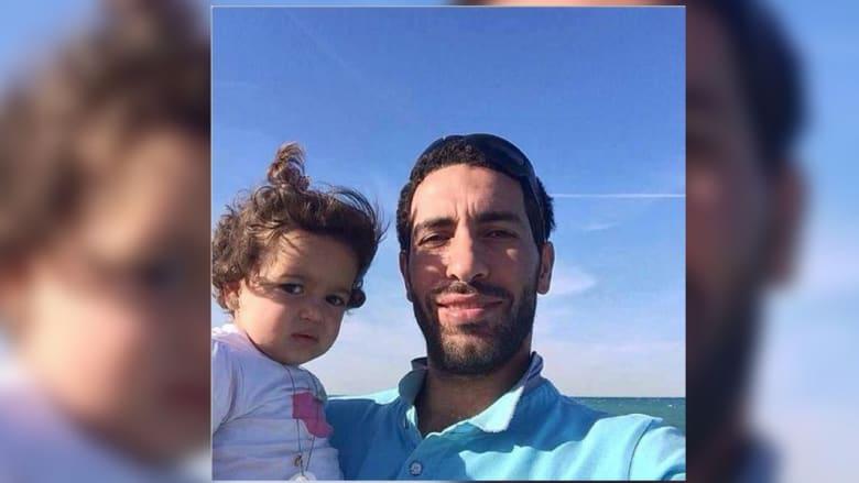 وفي هذه الصورة يحمل أبوتريكة ابنته