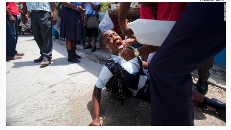 طالب بعد تضرره بغاز مسيل للدموع خلال اشتباكات مع الشرطة في هايتي.