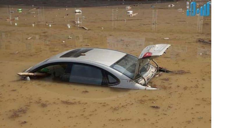 سيارة تغرق بمياه الأمطار في أحد أحياء مكة