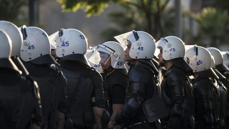 شرطة مكافحة الشغب تصطف في الشارع تحسبا لأي أعمال عنف