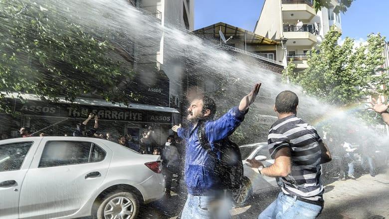 استخدمت شرطة مكافحة الشغب خراطيم المياه لتفريق المتظاهرين