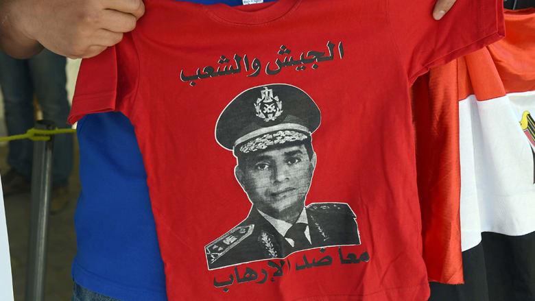 شاب مقيم في السعودية يحمل قميصا طبعت عليه صورة المشير السيسي.