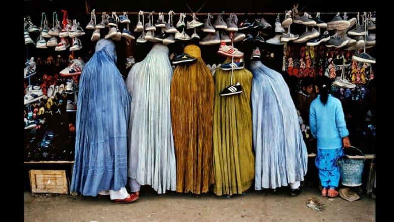 نساء أفغانيات في محل لبيع الاحذية في كابول، 1992