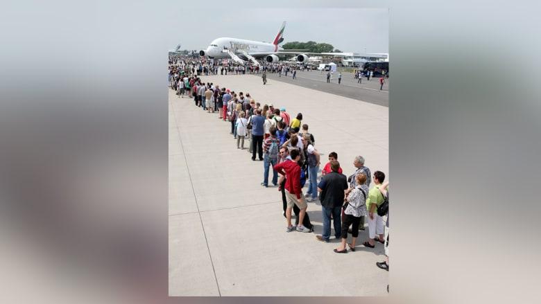 زوار يصطفون بانتظار دورهم للدخول الى طائرة طيران الإمارات ايرباص A380