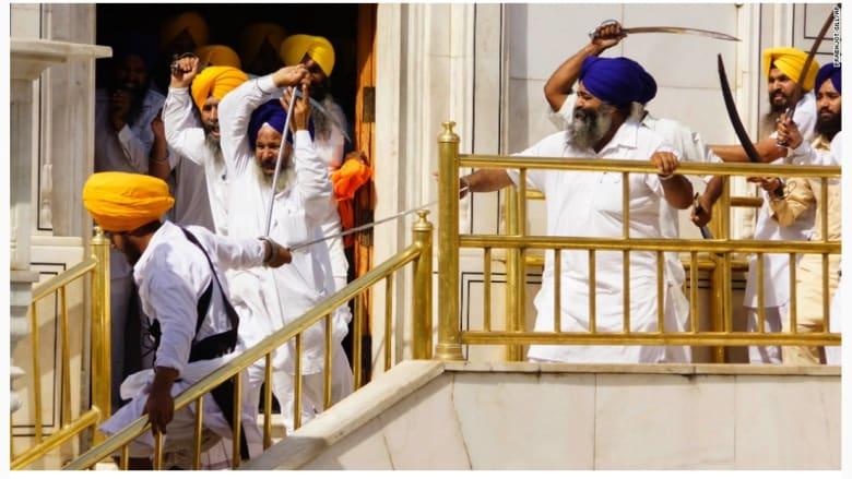 مجموعة من المتشديين السيخ في اشتباكات مع حراس المعبد الذهبي.