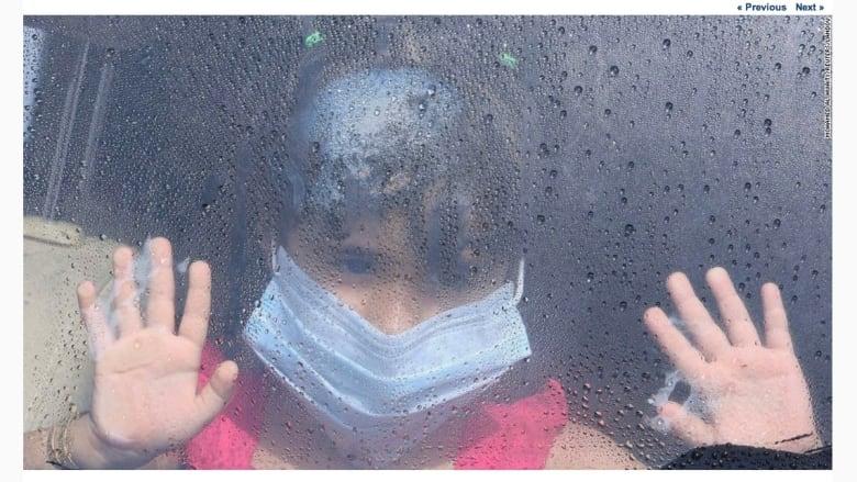 فتاة  ترتدي قناعا واقيا في السعودية بعد أن شهدت البلاد مئات الإصابات بفيروس ميرس