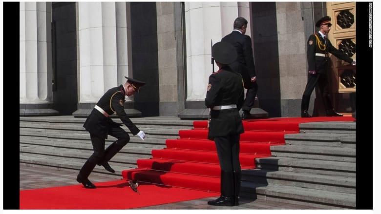 عضو من حرس الشرف يلتقط بندقيته بعد وصول رئيس المنتخب الأوكراني، بيترو بوروشينكو، إلى حفل التنصيب في أوكرانيا.