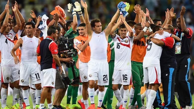 فريق كوستا ريكا يحتفل بفوزه على أورغواي بثلاثة أهداف لهدف.