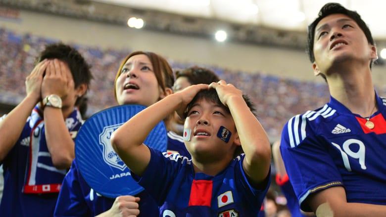 يابانيون يتفاعلون لخسارة فريقهم.
