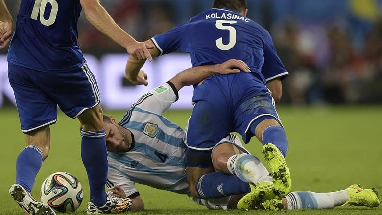 بابلو زاباليتا من أرجنتينا وسناد لوليك وسياد كولاسيناك من بوسنةوهرسك خلال المباراة.
