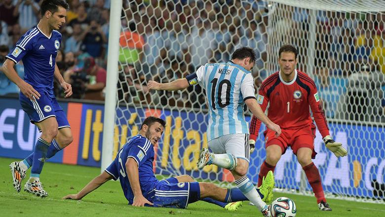 ليونيل ميسي في محاولة تسجيل هدف.