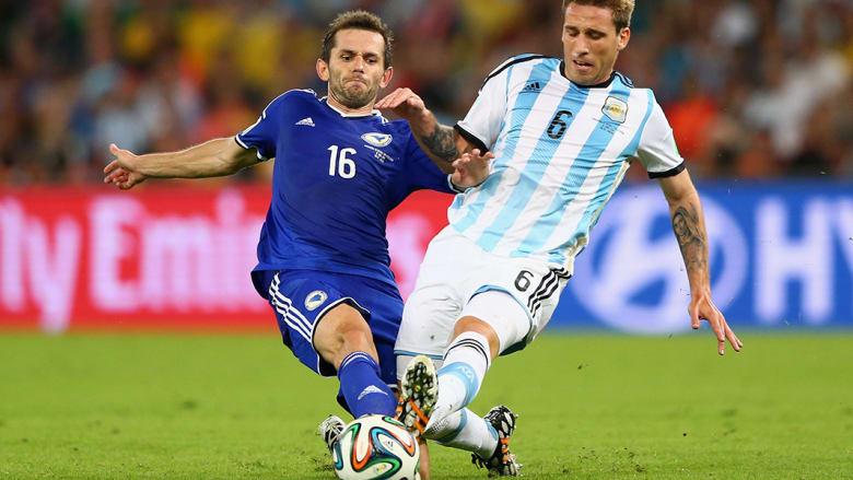 سناد لوليك من البوسنةوالهرسك ولوكاس بيغليا من الأرجنتين خلال المباراة.
