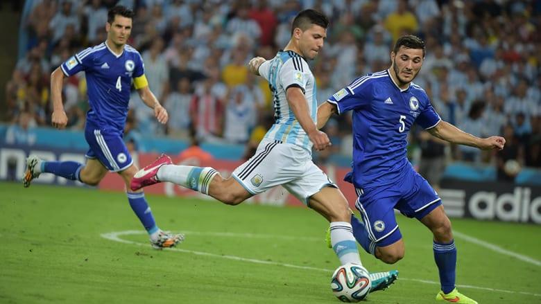 سيرغيو أغويرو من الأرجنتين وسياد كولاسيناك من البوسنةوالهرسك خلال المباراة.