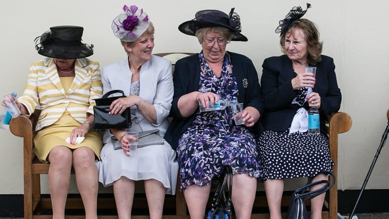 مشجعات خيول السباق في يوم السيدات في مضمار رويال أسكوت يوم السبت 9 يونيو/حزيران