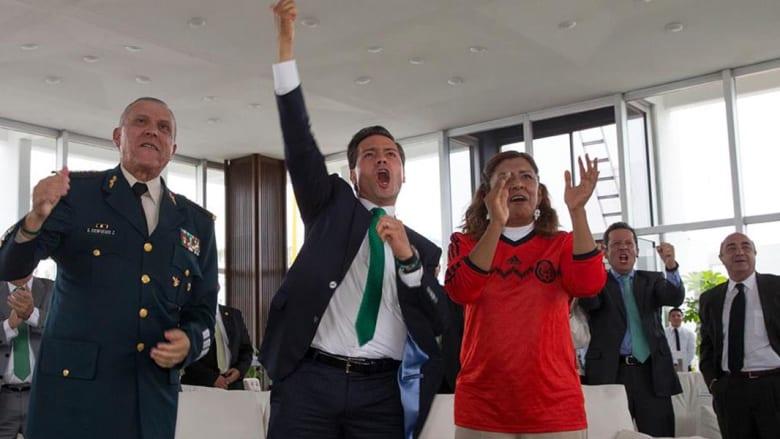 من الأفضل في التشجيع: رئيس المكسيك أم مدربها؟
