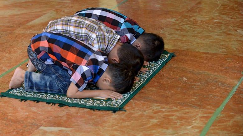 أطفال يقيمون الصلاة في المسجد الذهبي في الفلبين.