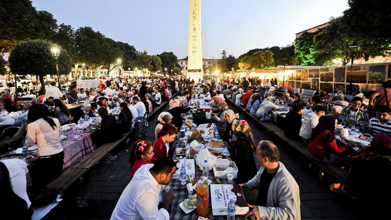 آلاف الصائمين يتناولون الافطار في ساحة المسجد الأزرق في اسطنبول، تركيا.