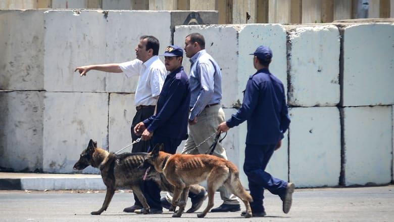 وحول الانفجار الأول، أفادت قناة النيل الرسمية إن ضابطا برتبة عقيد من إدارة المتفجرات قتل في الانفجار الذي وقع في شارع بمصر الجديدة.