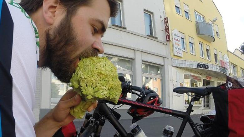 شاب فرنسي يأكل من القمامة 10 أسابيع