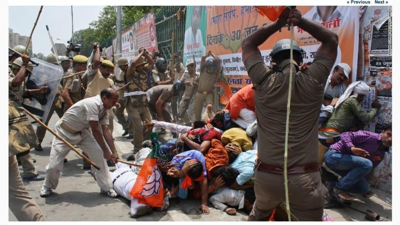 رجال الشرطة يفرقون مجموعة من العمال في الهند، خلال مظاهرة احتجاجية في ولاية أوتار براديش.