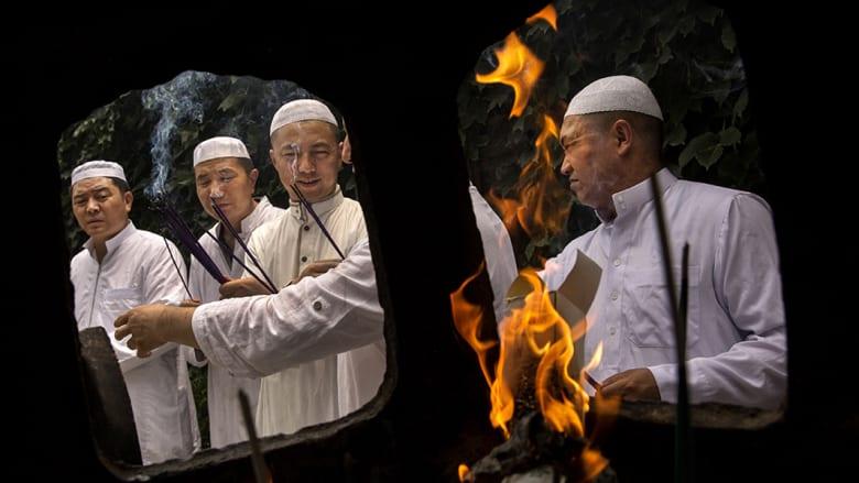 رجال دين يحملون البخور أمام مقابر الأئمة قبل صلاة الجمعة.