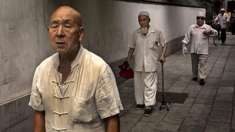 صينيون يغادرون بعد أداء صلاة الجمعة في مسجد نيوجيه ببكين.