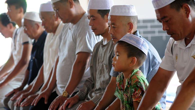 رجال وأطفال صينيين يصلون في مسجد تانتشينغ قبل رمضان.