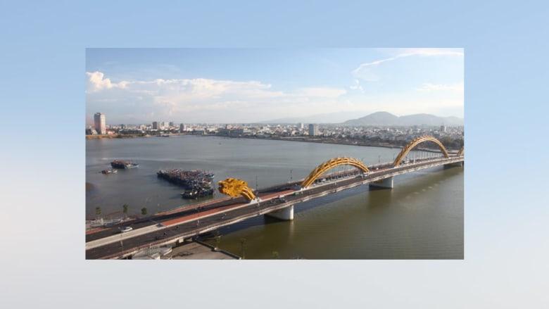 بالصور..تنين يتسلق جسراً وينفث النار في فيتنام