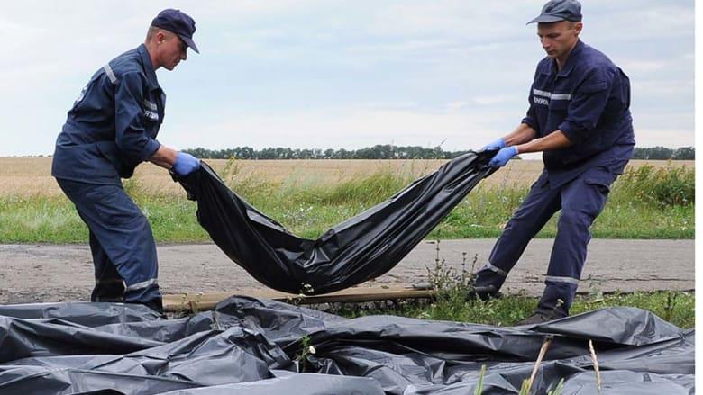 """""""الماليزية"""".. نحو 80 جثة ما تزال في العراء وهدنة تعيد المراقبين إلى موقع الحطام"""