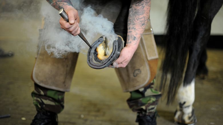 يستخدم لهذه الغاية  مجموعة من الأدوات مثل السكاكين والكماشات والمبارد والملاقط لتجهيز حوافر وحدوات الخيل، ومن ثم يتم وضع الحذاء الساخن على الحافر.