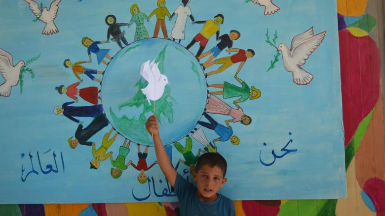 """أطفال """"الزعتري"""" يرفضون التخلي عن الأمل بمسيرة للسلام العالمي"""