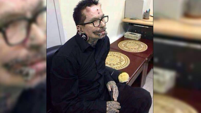 صاحب القرنين والـ453 ثقبا في جسده يرد على منعه من دخول دبي