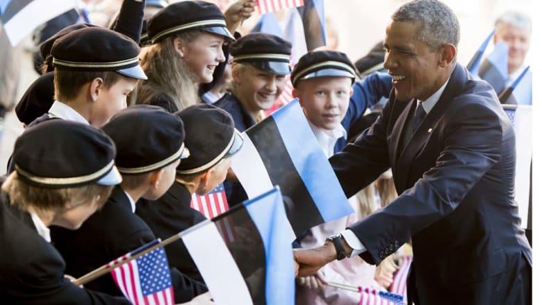 تالين، إستونيا - الرئيس الأمريكي باراك أوباما مع مجموعة من طلبة المدارس الذين جاءوا لتحيته لدى وصوله قصر كادريورغ في مستهل زيارته لإستونيا للقاء قادة دول البلطيق وتطمينهم بالتزام بلاده بأمنهم.