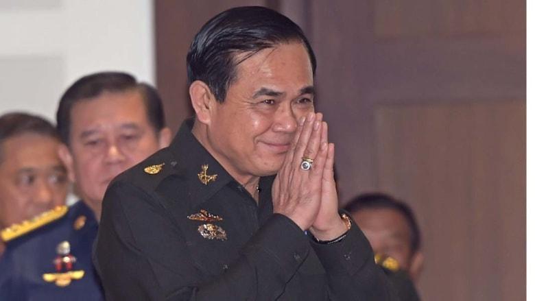 بانكوك، تايلند -- رئيس وزراء تايلند وقائد الجيش الجنرال برايوت تشان أو تشا، يلقي التحية التقليدية في اجتماع لمجلس الإصلاح الوطني في نادي الجيش، حيث تم تنصيبه رسميا رئيسا للوزراء