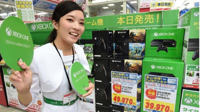 طوكيو، اليابان -- فتاة يابانية في حملة لترويج لعبة الفيديو من مايكروسفت  'Xbox One' حيث اصدرت ميكروسفت اليابان أحدث لعبة فيديو في السوق الياباني 4 سبتمبر/ أيلول 2014