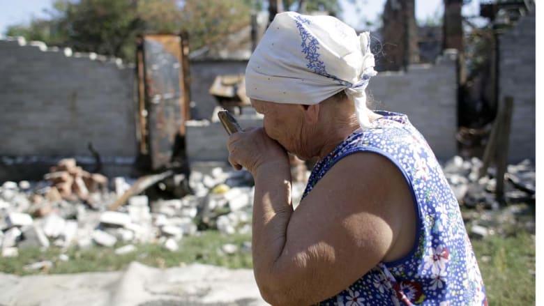 بورفومايسكي، أوكرانيا -- سيدة تبكي أمام منزلها المدمر في شمال شرق إقليم دونيتسك 6 سبتمبر/ أيلول 2014