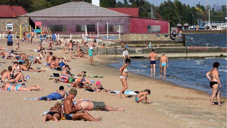 ماريبول، أوكرانيا-- سكان مدينة ماريبول، الميناء الرئيسي في شرق أوكرانيا يستمتعون بالشمس والبحر بعد الإعلان عن التوصل إلى هدنة في القتال الدائر بين الانفصاليين والقوات الحكومية، 6 سبتمبر/ أيلول 2014