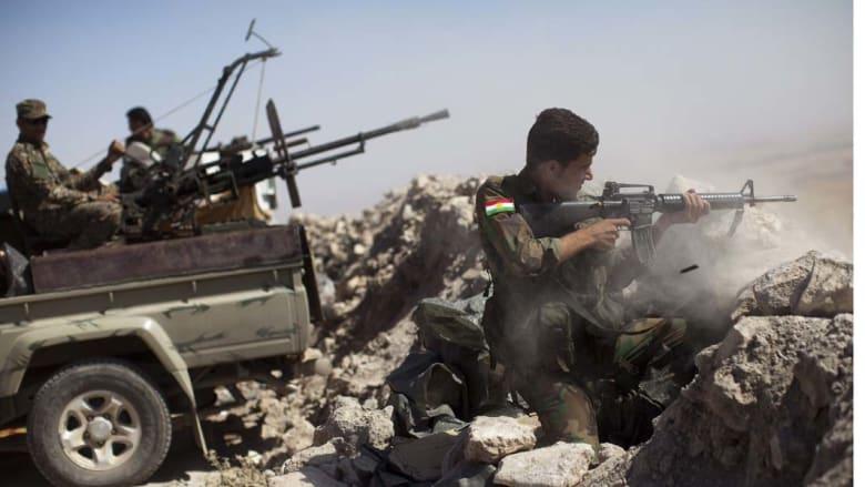 """جبل زرداك، العراق -- مقاتل من قوات البيشمرغة الكردية يطلق النار باتجاه مواقع لتنظيم """"الدولة الإسلامية"""" داعش، 9 سبتمبر/ 2014"""