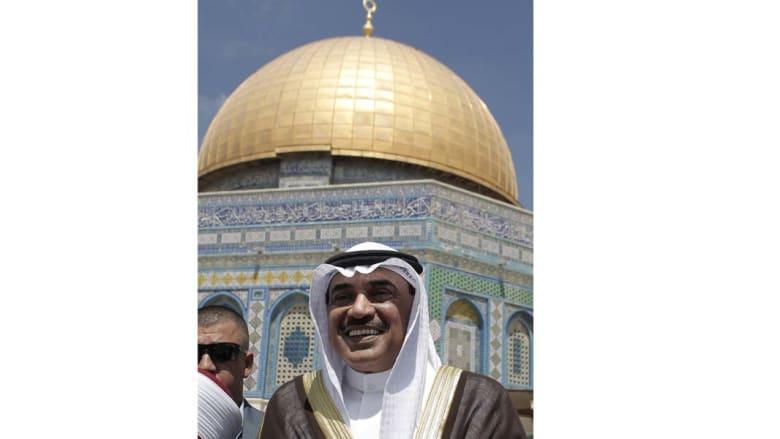 نائب رئيس الوزراء وزير الخارجية الكويتي، صباح الخالد الصباح أمام مسجد قبة الصخرة في الحرم القدسي خلال زيارة هي الأولى من نوعها لمسؤول كويتي منذ 1967، الزيارة في 14 اغسطس/ أب 2014