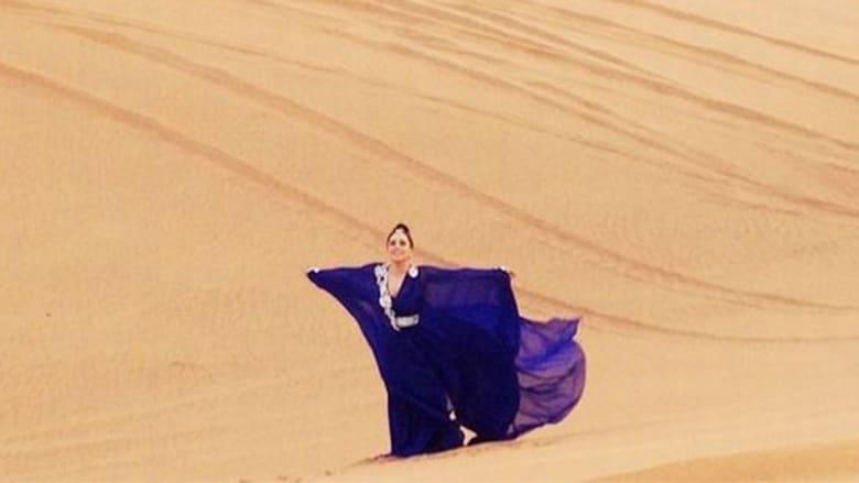 """ليدي غاغا بالعباءة في صحراء الإمارات ثم بلباس """"فضائي"""" في نيويورك"""