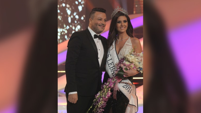 مصمم الأزياء اللبناني زهير مراد في صورة مع جريج بعد تتويجها كملكة