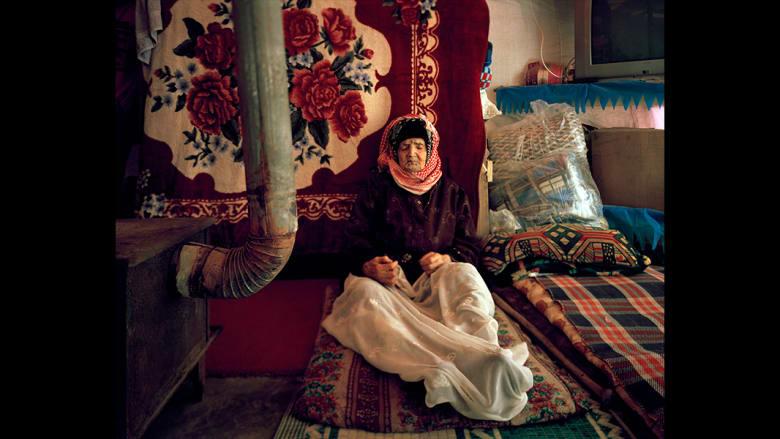 كانت فطومة، 102 عاما، أقوى شخص في قريتها في سوريا، قبل اضرارهم إلى الفرار في 2013. ولكنها الآن مريضة جدا وهي تعيش أزمة اللجوء في لبنان.