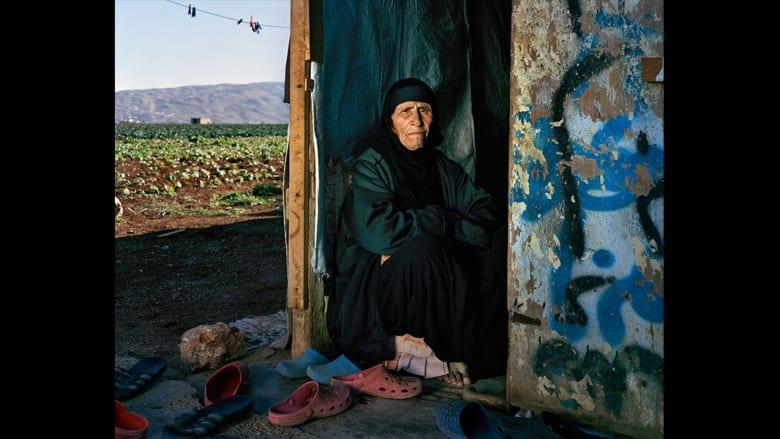 """شهدت """"سعدة"""" 102 عاما، خسائر عديدة في حياتها. ولكن وجودها بين عائلتها وجيرانها في لبنان تبقي آمالها عالية."""