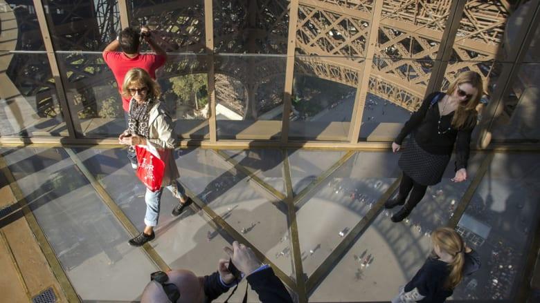 أرضية زجاجية في طابق ببرج إيفل